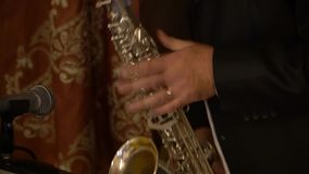 Ο μουσικός παίζει το saxophone φιλμ μικρού μήκους