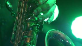 Ο μουσικός παίζει το saxophone E φιλμ μικρού μήκους