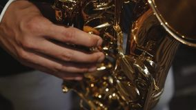 Ο μουσικός παίζει το saxophone απόθεμα βίντεο