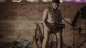 Ο μουσικός προετοιμάζει τον εξοπλισμό για την απόδοσή του στη σκηνή απόθεμα βίντεο