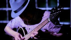 Ο μουσικός στη βαθιά κιθάρα παιχνιδιών κιθαριστών λεσχών νύχτας, κλείνει επάνω απόθεμα βίντεο