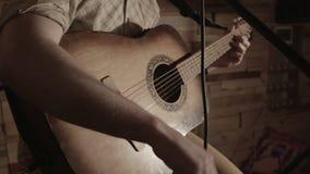 Ο μουσικός συντονίζει την κιθάρα πριν από την απόδοση απόθεμα βίντεο