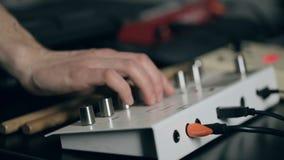Ο μουσικός συντονίζει το συνθέτη φιλμ μικρού μήκους