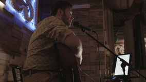 Ο μουσικός τραγουδά στη σκηνή για τους επισκέπτες απόθεμα βίντεο