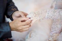 Ο μουσουλμανικός νεόνυμφος φορά τη νύφη δαχτυλιδιών στοκ εικόνες με δικαίωμα ελεύθερης χρήσης