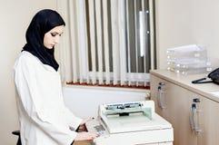 Ο μουσουλμανικός θηλυκός γιατρός κάνει τα αντίγραφα στοκ εικόνες