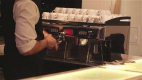 Ο μπάρμαν που κατασκευάζει τον καφέ, bartender στο πίσω πρόσωπο δεν είναι ορατός, Barista κάνει τον καφέ απόθεμα βίντεο