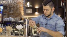 Ο μπάρμαν χύνει το σιρόπι ζάχαρης για την προετοιμασία κοκτέιλ σε έναν δονητή απόθεμα βίντεο