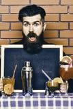 Ο μπάρμαν, bartender ή hipster κρατά τη διαφήμιση φραγμών Έννοια επιλογών φραγμών στοκ φωτογραφία με δικαίωμα ελεύθερης χρήσης