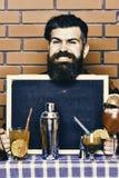 Ο μπάρμαν, bartender ή hipster κρατά τη διαφήμιση φραγμών Έννοια επιλογών φραγμών στοκ εικόνα
