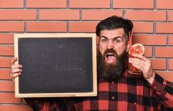 Ο μπάρμαν, hipster κρατά το κοκτέιλ και τη διαφήμιση Το άτομο κρατά το γυαλί στοκ εικόνες
