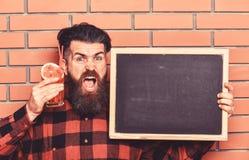 Ο μπάρμαν, hipster κρατά το κοκτέιλ και τη διαφήμιση Το άτομο κρατά το γυαλί στοκ εικόνα
