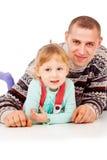 Ο μπαμπάς αγκαλίασε το μικρό κορίτσι, να βρεθεί, τοποθέτηση Στοκ φωτογραφίες με δικαίωμα ελεύθερης χρήσης
