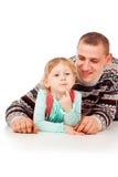 Ο μπαμπάς αγκαλίασε το μικρό κορίτσι, να βρεθεί, τοποθέτηση Στοκ Φωτογραφία