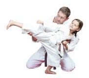 Ο μπαμπάς αθλητικών οικογενειών διδάσκει την κόρη για να κτυπήσει το πόδι λακτίσματος Στοκ Φωτογραφίες