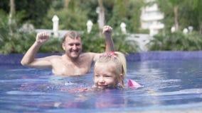 Ο μπαμπάς διδάσκει για να κολυμπηθεί λίγη κόρη φιλμ μικρού μήκους