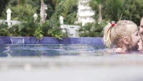 Ο μπαμπάς διδάσκει για να κολυμπηθεί λίγη κόρη απόθεμα βίντεο