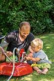Ο μπαμπάς διδάσκει το γιο για να χρησιμοποιήσει τον αναστολέα στοκ φωτογραφίες