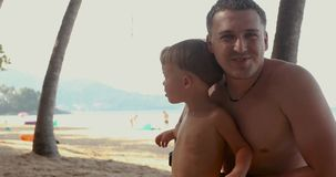 Πατέρας με το γιο στην παραλία απόθεμα βίντεο