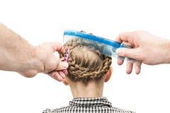Ο μπαμπάς κάνει την κόρη hairstyle Στοκ φωτογραφία με δικαίωμα ελεύθερης χρήσης