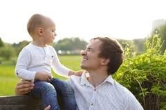 Ο μπαμπάς και ο γιος εξετάζουν ο ένας τον άλλον, φωτογραφία που λαμβάνεται στη φύση στοκ φωτογραφία