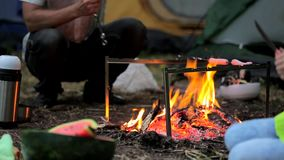 Ο μπαμπάς και η κόρη του είναι τηγανισμένοι στα λουκάνικα πυρκαγιάς φιλμ μικρού μήκους