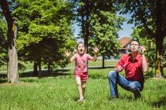 Ο μπαμπάς και η κόρη του κάνουν τις φυσαλίδες Στοκ Εικόνες