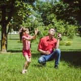 Ο μπαμπάς και η κόρη του κάνουν τις φυσαλίδες Στοκ εικόνες με δικαίωμα ελεύθερης χρήσης