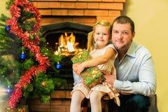 Ο μπαμπάς με την κόρη γιορτάζει το νέο έτος Ηλικία 5 έτη Στοκ Εικόνα