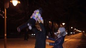 Ο μπαμπάς ρίχνει μέχρι το μικρό κορίτσι ουρανού στο χειμερινό πάρκο φιλμ μικρού μήκους
