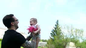 Ο μπαμπάς ρίχνει μια χαμογελώντας κόρη επάνω φιλμ μικρού μήκους