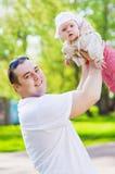 Ο μπαμπάς ρίχνει την κόρη Στοκ Φωτογραφία
