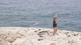 Ο μπαμπάς συνεχίζει τους ώμους του μια μικρή κόρη κατά μήκος της θάλασσας απόθεμα βίντεο