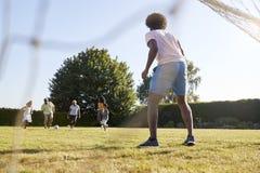 Ο μπαμπάς υπερασπίζει το στόχο σε ένα πολυ οικογενειακό ποδοσφαιρικό παιχνίδι παραγωγής στοκ φωτογραφία με δικαίωμα ελεύθερης χρήσης