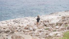 Ο μπαμπάς φέρνει την κόρη του στη θάλασσα στους ώμους του απόθεμα βίντεο