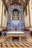 Ο μπαρόκ υψηλός βωμός στα μπλε και χρυσά χρώματα μέσα στο Santarem βλέπει τον καθεδρικό ναό Στοκ φωτογραφία με δικαίωμα ελεύθερης χρήσης
