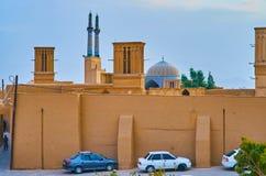 Ο μπλε θόλος πίσω από τον τοίχο πλίθας, Yazd, Ιράν στοκ εικόνα