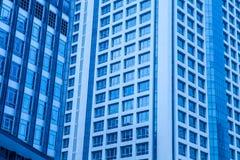 Ο μπλε ουρανοξύστης γυαλιού, αφαιρεί το σύγχρονο κτίριο γραφείων Στοκ Εικόνα