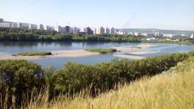 Ο μπλε ουρανός και ο ποταμός τρέχουν κοντά στην πόλη στοκ εικόνες