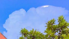 Ο μπλε ουρανός με τα σύννεφα και τα βροχερά σύννεφα μακριά, σύννεφα θύελλας συλλέγει πέρα από την πόλη Στοκ Εικόνα