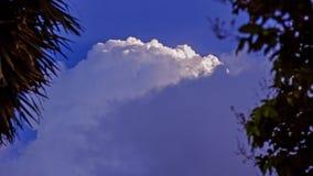 Ο μπλε ουρανός με τα σύννεφα και τα βροχερά σύννεφα μακριά, σύννεφα θύελλας συλλέγει πέρα από την πόλη Στοκ φωτογραφία με δικαίωμα ελεύθερης χρήσης