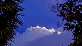 Ο μπλε ουρανός με τα σύννεφα και τα βροχερά σύννεφα μακριά, σύννεφα θύελλας συλλέγει πέρα από την πόλη Στοκ Φωτογραφία