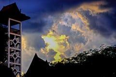 Ο μπλε ουρανός με τα σύννεφα και τα βροχερά σύννεφα μακριά, σύννεφα θύελλας συλλέγει πέρα από την πόλη Στοκ φωτογραφίες με δικαίωμα ελεύθερης χρήσης