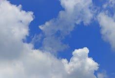 Ο μπλε ουρανός με τη χνουδωτή φωτεινή όμορφη τέχνη σύννεφων του διαστήματος φύσης και αντιγράφων για προσθέτει το κείμενο Στοκ Εικόνες