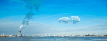 Ο μπλε ουρανός φυτών πυρηνικής ενέργειας καλύπτει το λιμάνι Στοκ Φωτογραφίες