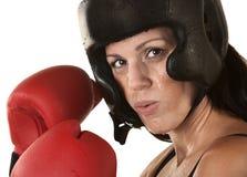 Ο μπόξερ γυναικών με τα γάντια κλείνει επάνω Στοκ φωτογραφία με δικαίωμα ελεύθερης χρήσης