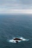 Ο μπλε Ατλαντικός Ωκεανός υπερβαίνει τον ορίζοντα, και από την επιφάνεια του νερού προεξέχετε το δυνατό βράχο Στοκ φωτογραφίες με δικαίωμα ελεύθερης χρήσης