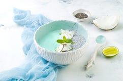Ο μπλε καταφερτζής spirulina Vegan και το κύπελλο πουτίγκας chia που ολοκληρώνεται με την καρύδα ξεφλουδίζουν και την απόλαυση ασ Στοκ εικόνες με δικαίωμα ελεύθερης χρήσης