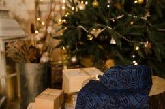 Ο μπλε κλασικοί δεσμός τόξων σημείων Πόλκα, τα μανικετόκουμπα, το μαντίλι ατόμων ` s και ο λαιμός δένουν στο ξύλινο παρόν κιβώτιο Στοκ Φωτογραφία
