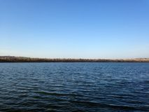 Ο μπλε ουρανός και η ευρεία λίμνη Στοκ Εικόνες